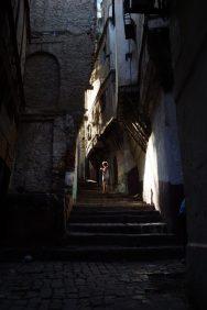 """Kontrastreicher kann eine Stadt nicht sein: Zum Zentrum Algiers gehören nicht nur die Boulevards, die von imposanten, weiß-strahlenden Gebäuden aus der französischen Kolonialzeit gesäumt werden. Eine weitere Sensation ist die """"Casbah"""", die eigentliche Altstadt Algiers. Das Labyrinth aus engen Gässchen lädt geradezu ein, sich darin zu verlaufen."""