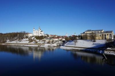 Blick über den Fluss Dzvina zur Himmelfahrts-Kathedrale