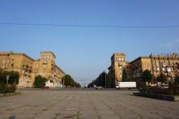 Der Sabornyj-Prospekt wurde als Repräsentationmagistrale mit Bauten im sozialistischen Klassizismus errichtet. Mit 10,8 km zählt der Boulevard zu den längsten Straßen Europas. Hier an dessen Start-Endpunkt, dem Leninplatz.