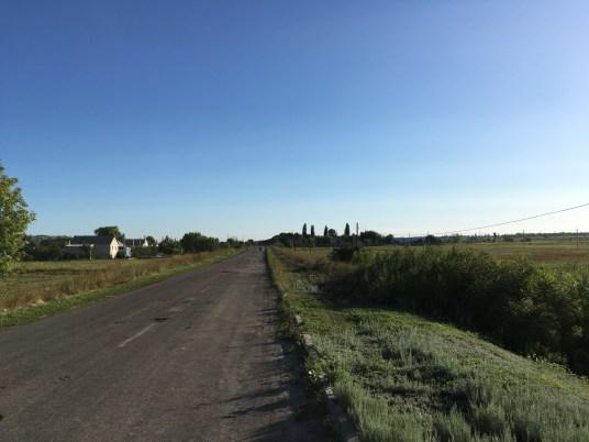 Der morgendliche Bus aus Milove fuhr nur einen Teil der Strecke zum internationalen Grenzübergang. Meine Option: Hitchhiken! Bei autoleeren Straßen jedoch ein ziemlich schwieriges Unterfangen.