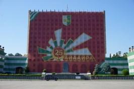 … zerstörten Verwaltungsgebäuden (hier das alte Parlament, das großzügig verhüllt wurde) …