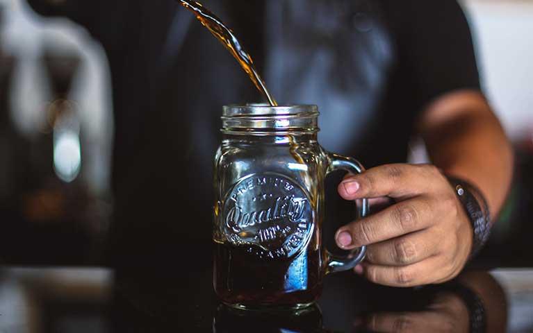kombucha al caffè in bicchiere di vetro
