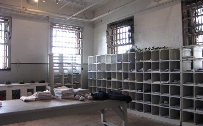 Alcatraz Kleiderausgabe - copyright 2019, fesselblog.de