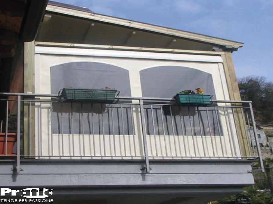 Chiusura balcone con vetrate e tende antivento e antipioggia