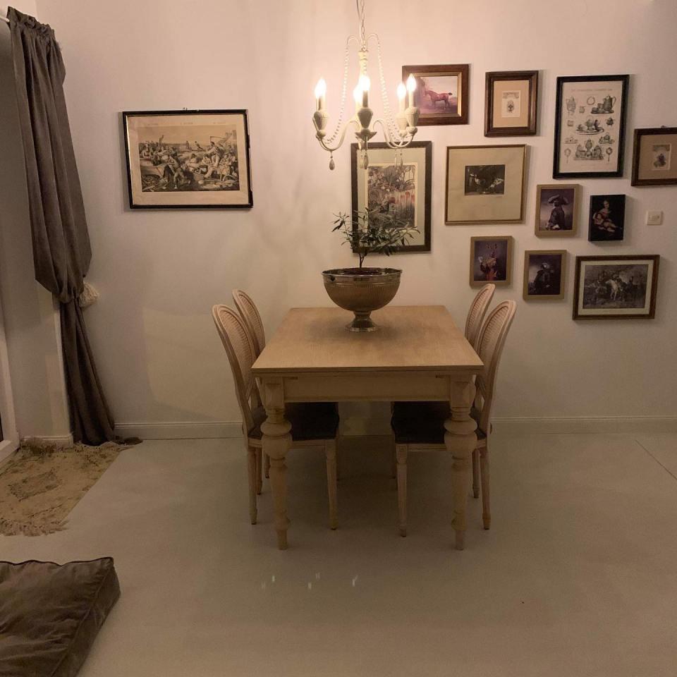 podłoga z mikrocementu w domu z elementami stylu prowansalskiego - jadalnia