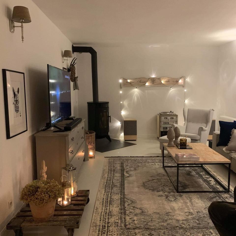 podłoga z mikrobetonu w domu z elementami stylu prowansalskiego - salon