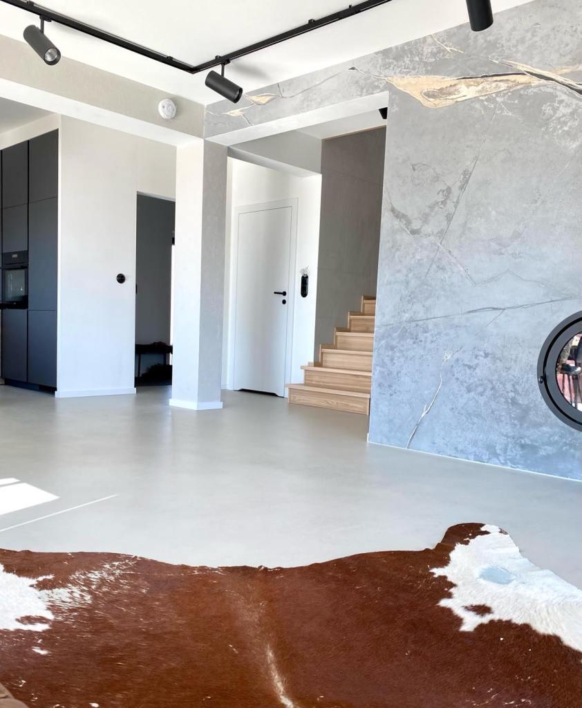 Dekoracyjna posadzka z mikrocementu w domu jednorodzinnym