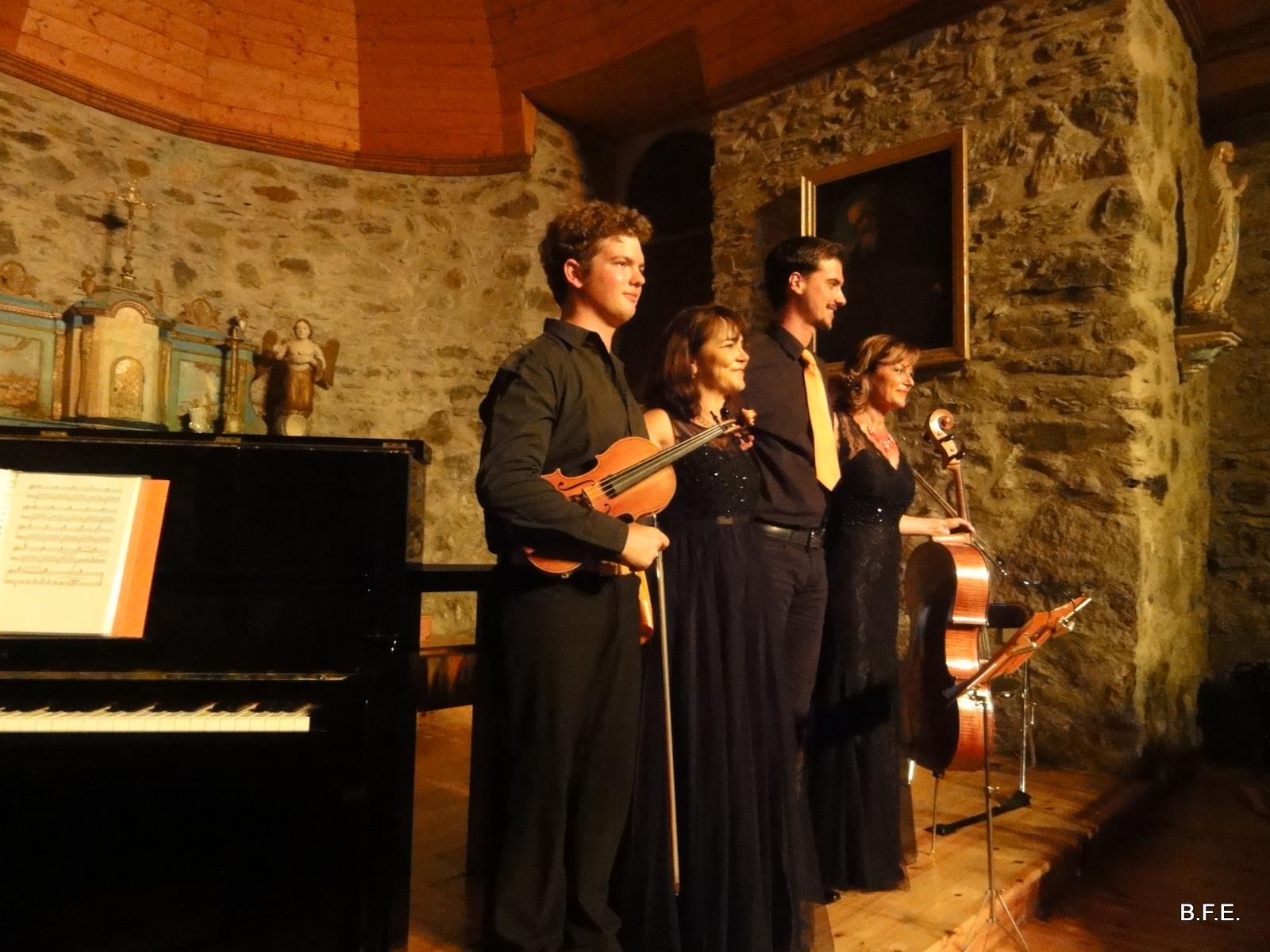 les musiciens de l'ensemble ZESTE saluent le public