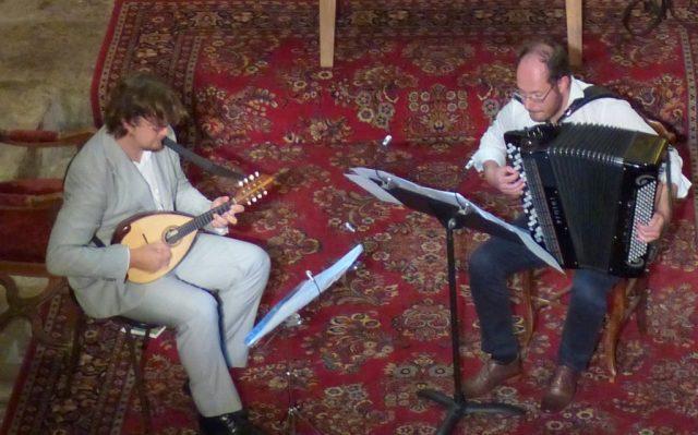 Vincent Beer-Demander (mandoline) - Grégory Daltin (accordéon) lors d'un concert à Vielle-Aure (Hautes-Pyrénées) dans le cadre du Festival des petites églises de montagne