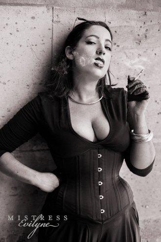 mistressevilyne_smoking