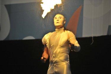 Stelzen-Feuershow