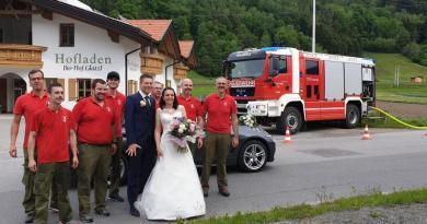 Die Feuerwehr Haiming gratuliert zur Hochzeit