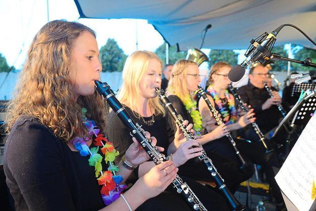 450 Gäste verbringen mit den Musikgruppen der Freiwilligen Feuerwehr einen Urlaubsabend (WN)