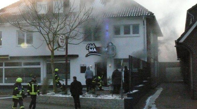 Gaststätte im Mehrfamilienhaus brennt