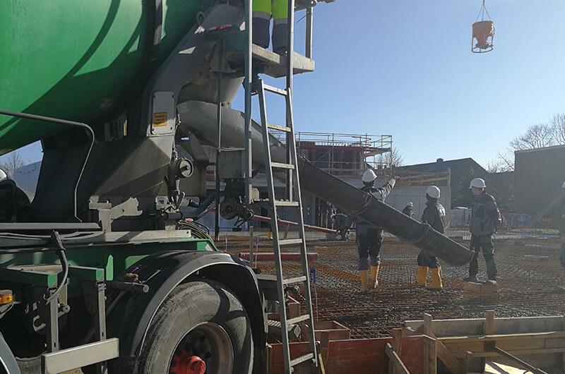 btb_betonmischerheck_arbeiter_betonkuebel