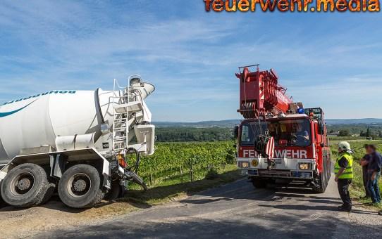 Betonmischwagen vor Absturz bewahrt