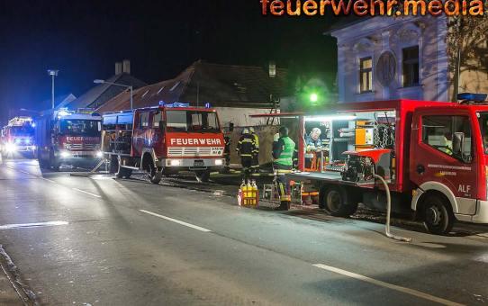 Dach eines Wohnhauses bei Brand schwer beschädigt