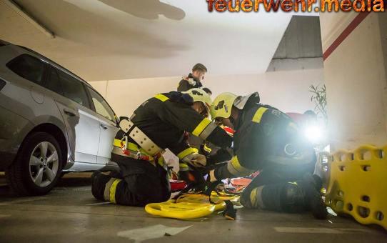 Absturz durch Schacht - Feuerwehr unterstützt Rettungsdienst