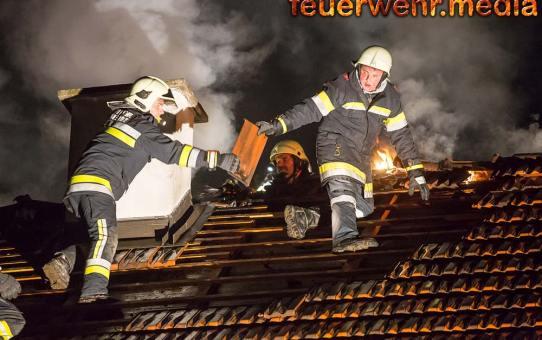 Dachstuhlbrand in Kammern - Fünf Feuerwehren im Einsatz