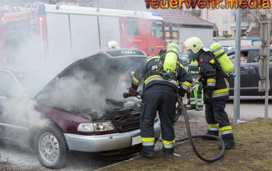 Pkw beginnt während der Fahrt zu brennen