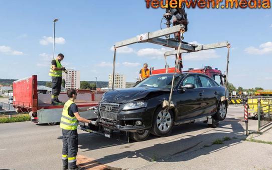 Kollision von zwei Fahrzeugen – Bergung mittels Kran