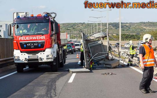 Anhänger mit Verkehrsleiteinrichtung auf der B37 gerammt
