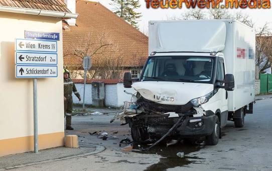 Zusammenstoß zwischen Pkw und Kleintransporter in Theiss