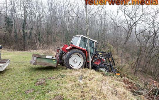 Traktor droht über eine Geländekante zu stürzen