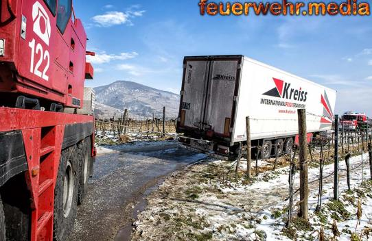 Aufwendige Bergung eines Sattelzuges in Oberloiben - Drei Feuerwehren im Einsatz