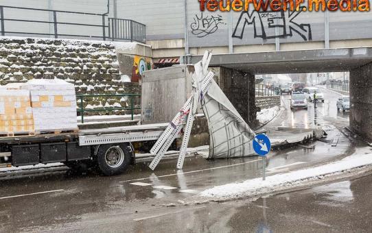 Lkw fährt durch die ÖBB-Unterführung Austraße und verliert dabei seinen Aufbau