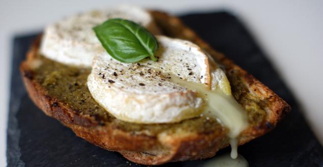 tartine-rocamadour-pesto-feuille-de-choux