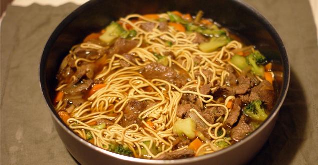 Soupe de nouilles au boeuf, brocolis et carottes - Feuille de choux