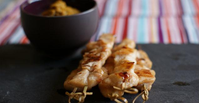 Brochette de poulet, sauce cacahuete, curry et coco - Feuille de choux