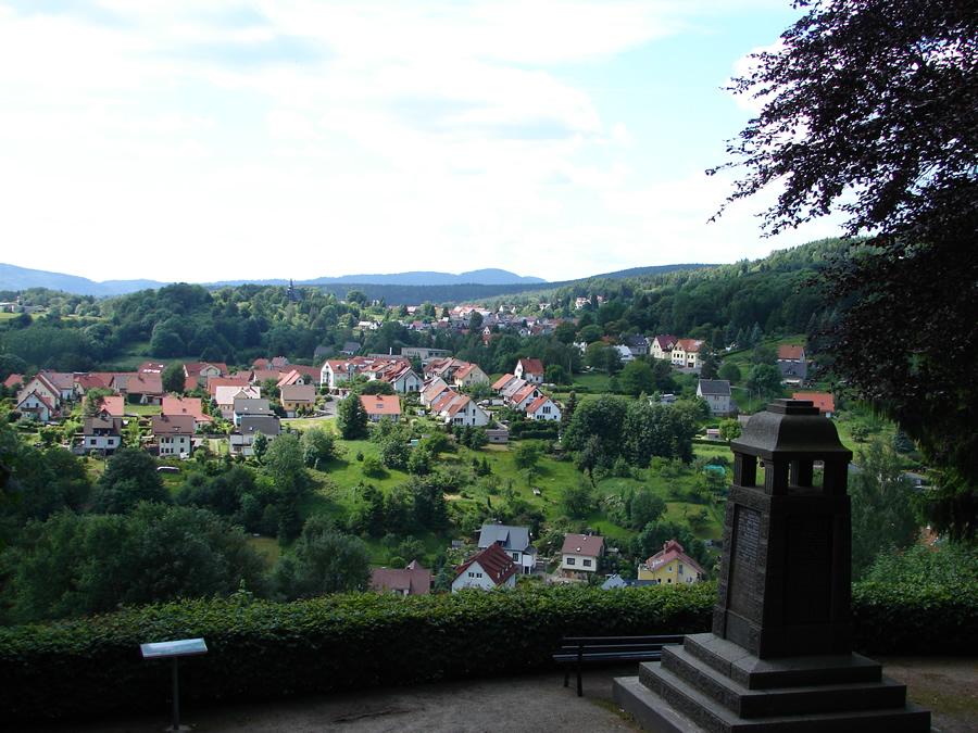 Blick vom Denkmal auf den Ort