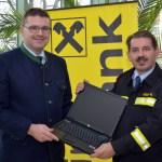 Der Kommandant der Freiwilligen Feuerwehr Baden Weikersdorf, BR Martin Geiger, bedankt sich im Rahmen der Geräteübergabe herzlich bei Herrn Dir. Mag.(FH) Hermann Weiszbart für die großzügige Spende der Raiffeisenbank Region Baden.