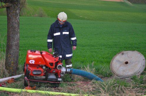 Die erste Pumpe am Einsatzort saugte vom nahegelegenen Löschbehälter an