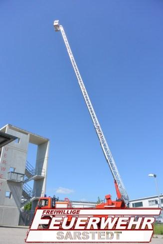 Die Drehleiter ist hier auf volle 30 m ausgefahren. Sie hat einen Aufstellwinkel von 75°.Im Hintergrund, unser Übungsturm mit 15 m.
