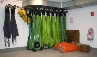 Chemikalienschutzanzüge im Hauptlager