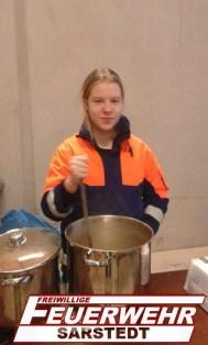 Lisa macht das Mittagessen fertig