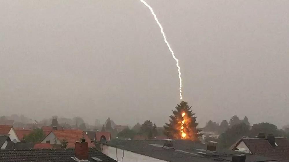 Tolle Aufnahme Blitzeinschlag in Rodorf  FFHde