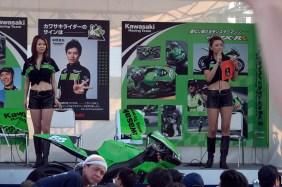 Le stand vert Kawasaki et son pilote star Shinya Nakano.