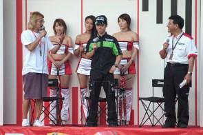 Nakano au stand Bridgestone (2)