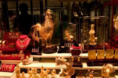 Objets dorés dans les vitrines des magazins de Central