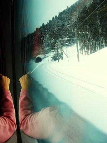 Le train file sur la neige.