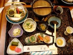 Le déjeuner du Ryokan. Le Yonezawa Gyu (viande de boeuf) viendra ensuite.