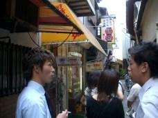 Petit arret a cote de Kobe, akashi precisement, (bonjour a Ayumi !) pour manger les fameux akashiyaki. On choisit le plus fameux restaurant -> 30 minutes d'attente. On s'en fout, on est pas presse, il fait tres chaud, on est a l'ombre.