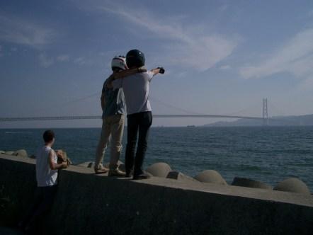 Et oui on va tout la bas. Grand pont de 2 km, la fierete des japonais. Enfin on reunis les iles de Honshu (ile principale) et shikoku. Defi eternel des japonais permettre une bonne circulation dans tous le territoire coupe de mer et d'enormes barrieres rocheuses.