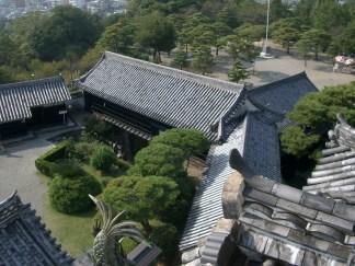 Nous voila en haut du petit chateau de Kouchi qui domine la ville. Ici vu sur la court interieure.