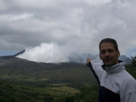 Au fur et a mesure que la journee avance, les brouillards bas se dissipent et nous laissent apercevoir le cratere du volcan deversant ses sulfures. Ayant monte a pied nous n'avions pas vu les interdictions du au taux eleve de soufre, le gardien du volcan nous l'a mechament rappele au sommet.