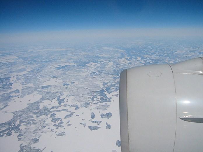 Dans l'avion, de retour vers le Japon. Ici, les territoires glaces au nord du Canada.